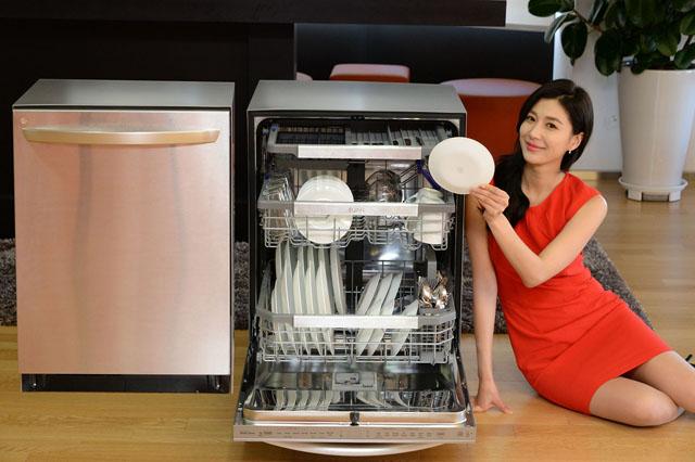 서울 영등포구 여의도동 LG트윈타워에서 세척력과 편의성을 강화한 LG전자 프리미엄 식기세척기를 소개하고 있다.