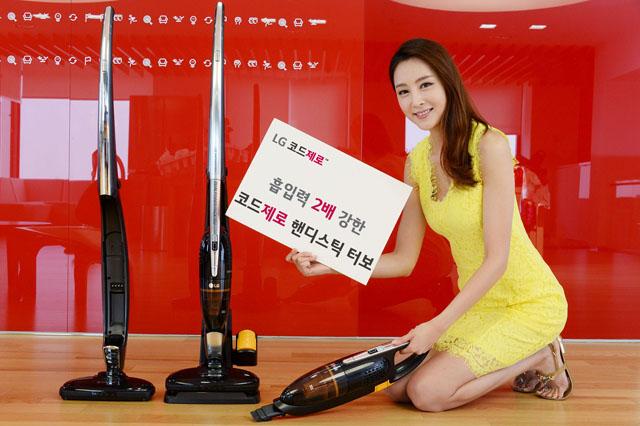 LG전자가 스마트 인버터 모터를 적용해 흡입력을 2배로 높인 코드제로 핸디스틱 터보를 출시했다. 모델이 2일 서울 여의도동 LG트윈타워에서 코드제로 핸디스틱 터보를 소개하고 있다.