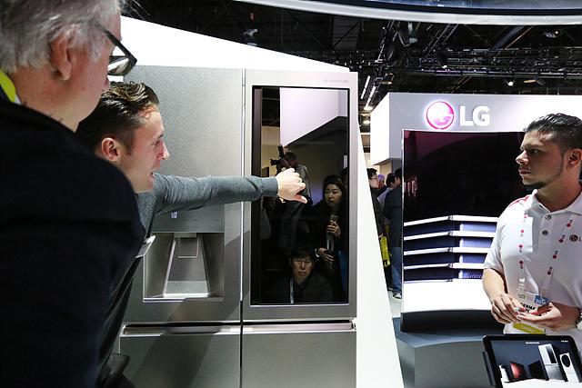 블랙 스테인레스 스틸을 적용한 냉장고 외관 모습