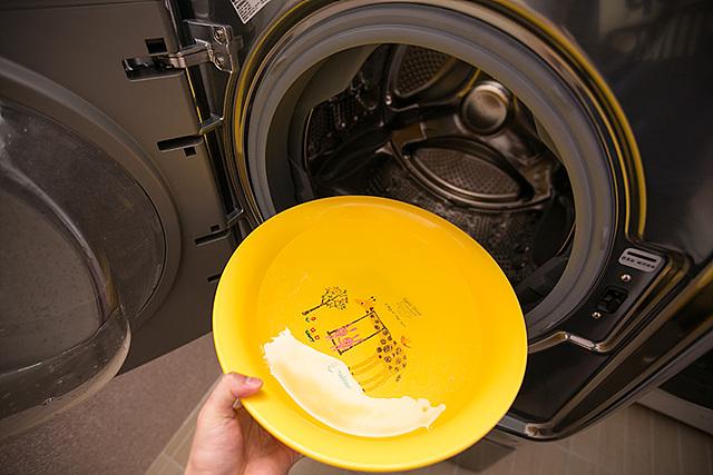 따뜻한 물 (50~60도)을 통 내부의 고무 부분까지 충분하게 넣고 문을 닫은 후 1-2시간 기다려주세요