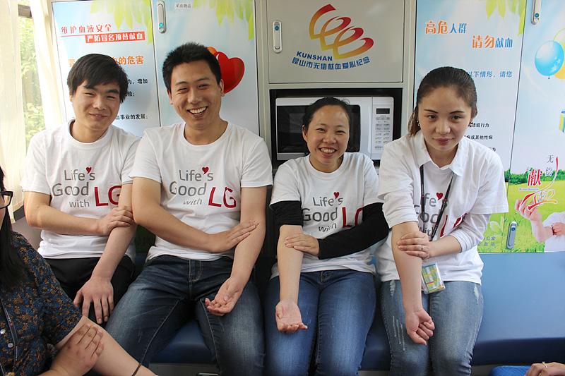 헌혈을 마친 중국 임직원이 환하게 웃고 있다.