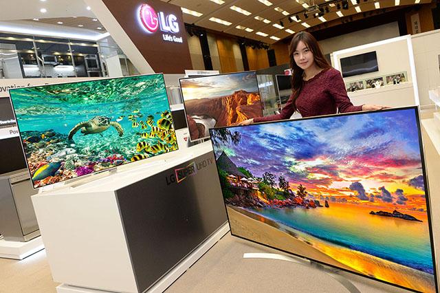 모델이 쇼룸에서 '슈퍼 울트라HD TV' 신제품을 소개하고 있습니다.