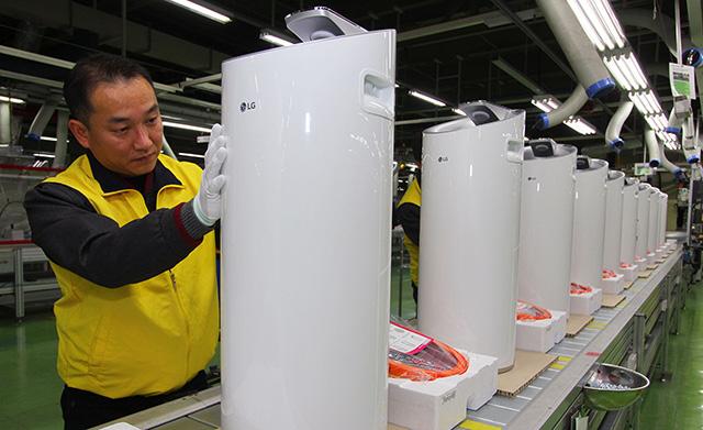 LG전자 창원공장에서 직원들이 한겨울에도 판매 호조를 이어가고 있는 'LG 퓨리케어' 공기청정기 제품을 생산하고 있는 모습 입니다.