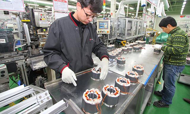LG전자 직원이 경남 창원시 성산동에 위치한 LG전자 C&M사업부 모터 공장에서 에어컨에 사용되는 컴프레서용 인버터 모터를 분주히 생산하고 있습니다.