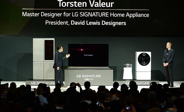LG전자 CTO 안승권 사장(좌)와 덴마크의 유명 산업 디자이너 톨스텐 벨루어(우)가 LG시그니처 냉장고, LG 시그니처 올레드 TV, LG 시그니처 공기청정기, LG 시그니처 세탁기를 소개하고 있습니다.