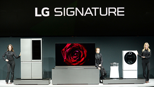 시그니처 TV와 시그니처 세탁기, 시그니처 냉장고, 시그니처 공기청정기와 함께 서있는 모델들