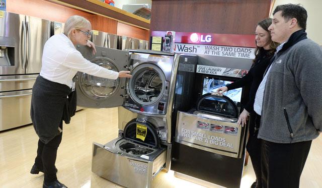 LG전자가 9년 연속으로 미국 드럼세탁기 시장에서 1위 자리를 지켰다. 미국 서부 최대 가전전문 유통업체인 프라이스(Fry's Electronics)의 네바다 지점에서 직원이 고객들에게 LG 트윈워시에 대해 설명하고 있다.
