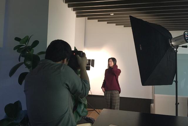 더 블로거 10기 금별맘이 전문 포토그래퍼와 함께 프로필 촬영을 하고 있다.