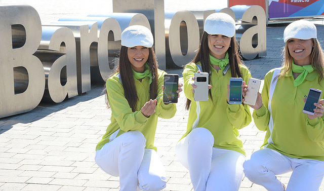 LG전자가 22일 스페인 바르셀로나에서 열리는 세계 최대 모바일 전시회 '모바일월드콩그레스(MWC) 2016'에서  'LG G5' 등 신제품을 대거 공개한다. 스페인 바르셀로나 피라 그란비아(Fira Gran Via) 전시장을 배경으로 모델들이 (왼쪽부터) 'LG 스타일러스 2', 'LG G5', 'LG 톤 플러스(HBS-1100)', 'LG X 캠', 'LG X 스크린' 등 전시 제품을 선보이고 있다.