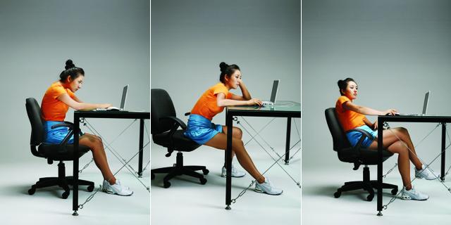 흐트러진 자세-등을 구부린채 컴퓨터 작업하는 모습, 의자끝에 걸터앉아 상체를 책상에 기댄 자세, 다리를 꼬고 상체를 옆으로 기댄 자세