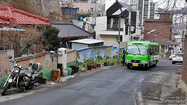 7번 버스가 종점인 개미마을을 향해 올라오는 것이 보인다.