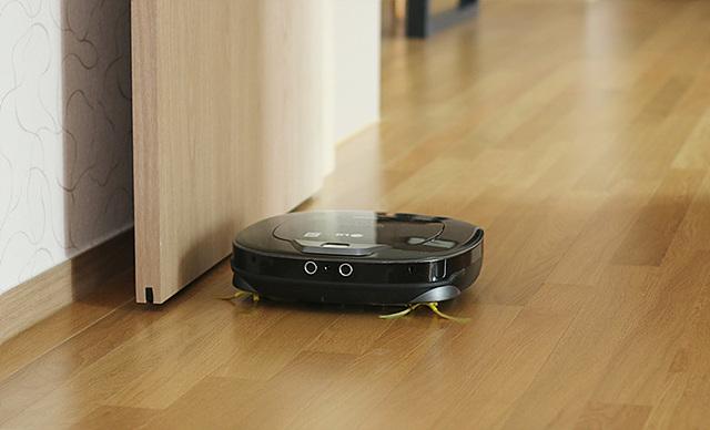강력한 모터 회전을 통해서 생활 먼지부터 카펫 속 먼지까지 강력하게 없애주는 로봇청소기 로보킹