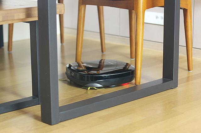 집 내부 구조는 물론 장애물 위치를 기억하여 헤매거나 부딪힘이 적고 장애물에 걸리거나 틈새에 끼어도 스스로 탈출합니다.