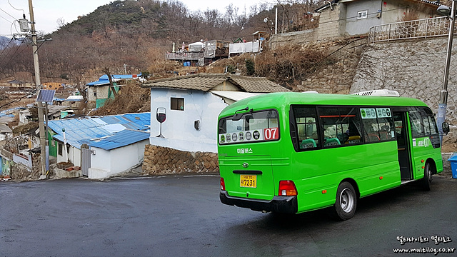 다음 운행시간을 기다리는 7번 버스의 모습