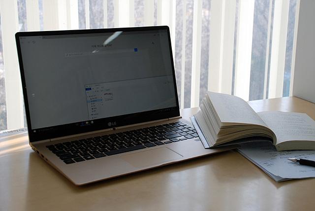 그램 15는 180GB SSD와 저발열 프로세서인 6세대 인텔 코어 i5가 탑재되어 저소음과 높은 안정성을 제공한다.