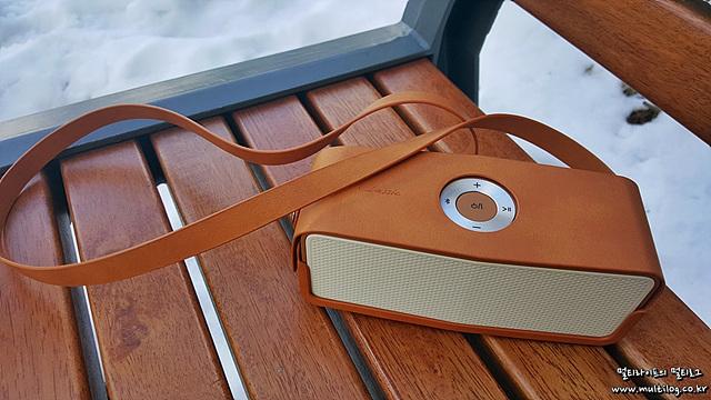 스트랩 파우치가 있어 휴대성이 좋은 LG 포터블 스피커 클래식(모델명: MC5558)의 모습