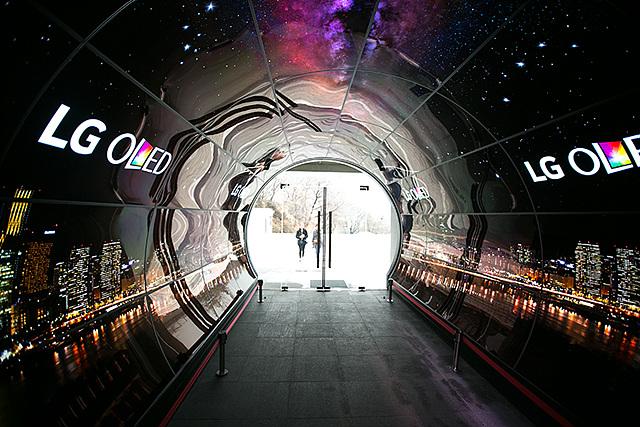 세계 최초 올레드 사이니지 터널의 모습
