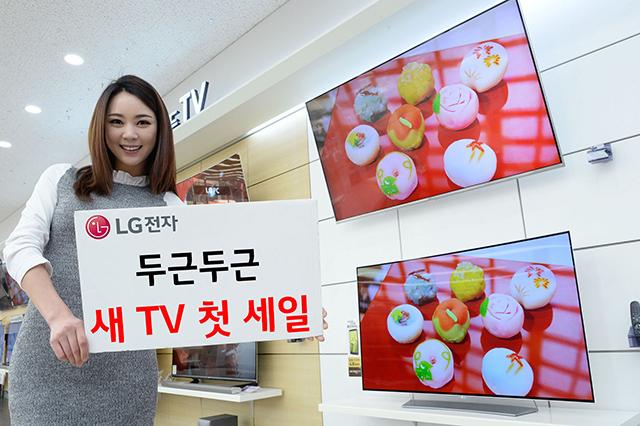 모델이 LG전자 LG베스트샵 동교점에서 LG  슈퍼울트라HD TV(55UH9300, 윗쪽)와 LG 울트라 올레드 TV(65EG9470, 아래쪽) 등 구매혜택을 늘린 LG 프리미엄 TV를 소개하고 있습니다.