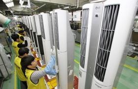LG전자 H&A사업본부 에어컨 공장에서 올해 신제품인 '휘센 듀얼 에어컨'을 분주히 생산하고 있는 모습 입니다.