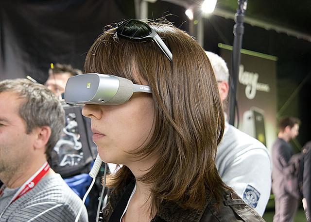 LG전자가 선보인 LG 360 VR. 이러한 장치를 휴대하고 다니면서 모바일 환경에서 360도 VR 컨텐츠를 즐길 수 있다.