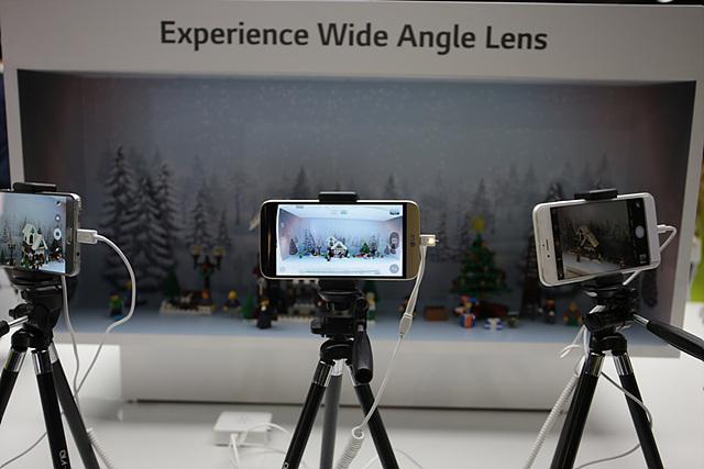 후면에 적용된 135도 듀얼 카메라는 같은 공간에서 일반 스마트폰에 비해서 약 1.7배 넓은 화각으로 사진을 촬영할 수 있다는 장점을 가지고 있습니다.