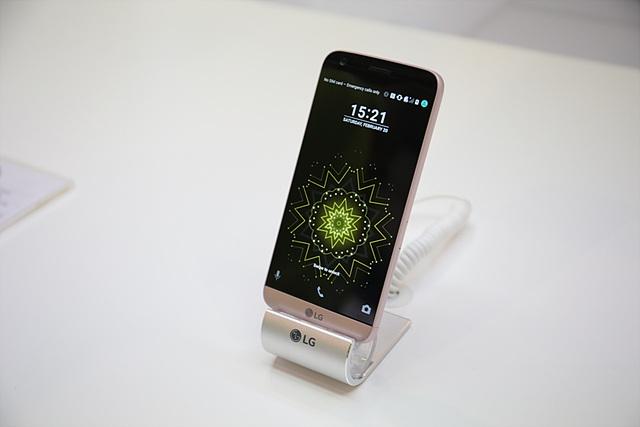 역시 가장 먼저 참관객들을 맞이한 제품이며, 가장 많은 관심을 받은 제품은 LG G5였습니다.