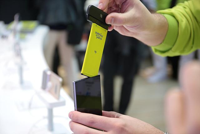 G5의 특징 중 하나인 모듈형 배터리를 직접 빼고 넣어보는 체험을 하시는 분들이 많았습니다.
