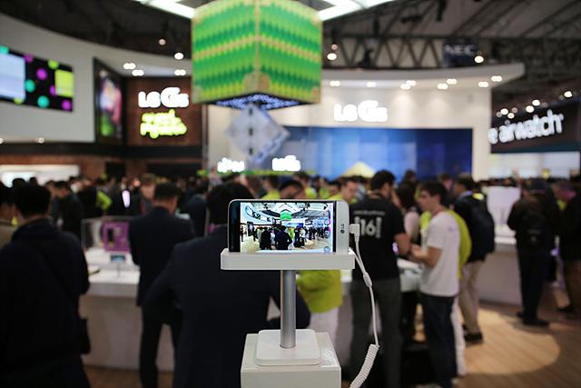 넓은 화각으로 촬영을 할 수 있는 듀얼 카메라 그리고 LG 프렌즈 중 하나로 보다 쉽고 편리하게 사진 촬영을 할 수 있는 LG 캠 플러스는 포토피아에서 직접 체험해 볼 수 있었습니다.