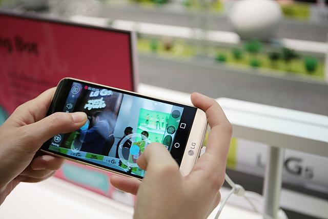 스마트폰으로 직접 LG 롤링봇을 조정해 볼 수 있는 Racing Game으로 구성해 참관객들의 인기를 모았습니다.
