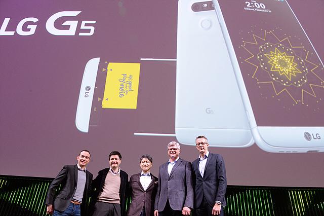 조준호 LG전자 MC사업본부장 사장(가운데)이 왼쪽부터 스테판 페르손(Stefan K Persson) 뱅앤올룹슨(B&O) COO, 스티브 몰렌코프(Steve Mollenkopf) 퀄컴 CEO, 찰스 암스트롱(Charles Armstrong) 구글 스트리트뷰 총괄 매니저, 니콜라스 해프터메이어(Nicolas Halftermeyer) 패럿 CMO와 기념촬영을 하고 있다.