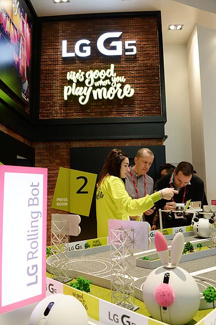 관람객들은 'LG G5'와 함께 전시된 'LG 프렌즈'에도 많은 관심을 보였다. 집안의 상황을 모니터링 할 수 있는 둥근 원형의 움직이는 카메라 'LG 롤링봇'을 살펴보고 있는 모습.