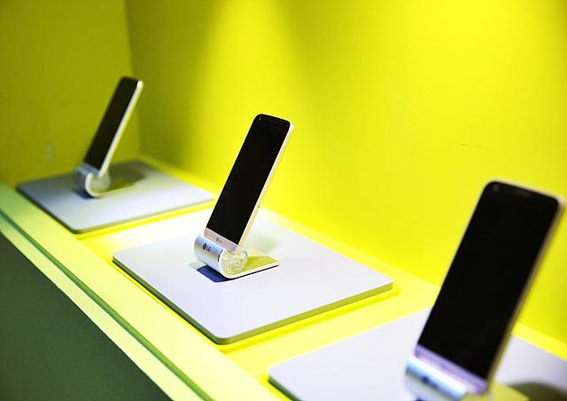 가로수길에 위치한 LG 플레이그라운드에 진열된 LG G5의 모습