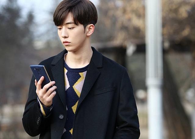 권은택 캐릭터가 LG 스마트폰을 사용하고 있는 모습입니다.