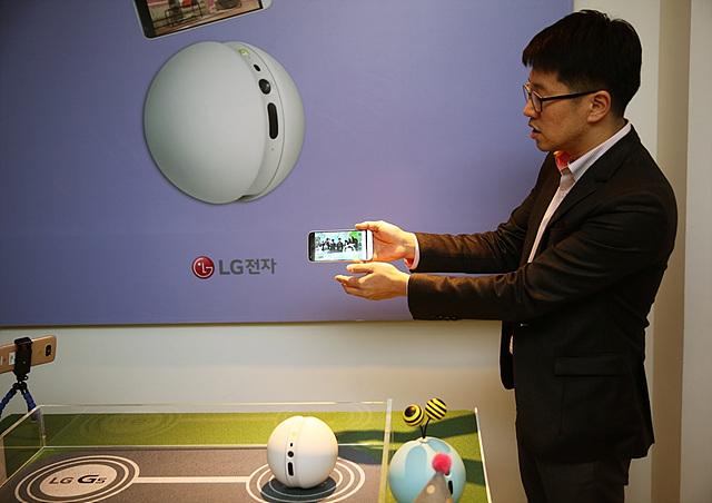 LG G5 friends 중 하나인 롤링봇을 체험하는 모습
