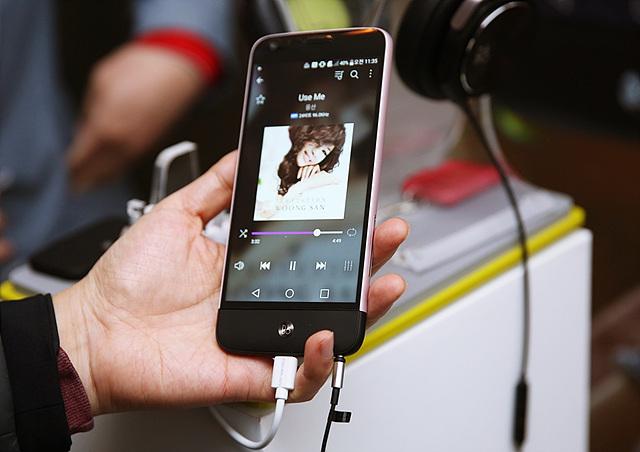 LG G5로 음악을 재생하는 모습
