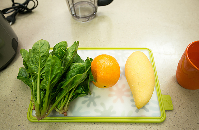 망고 오렌지 그린 스무디 재료(망고, 오렌지, 시금치, 물)