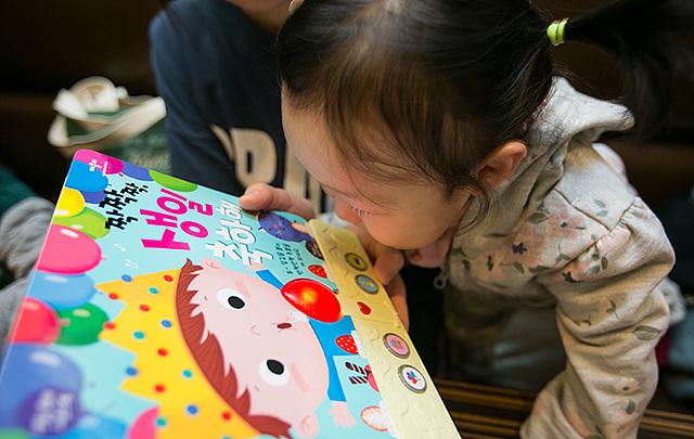 책 읽는 아이 모습