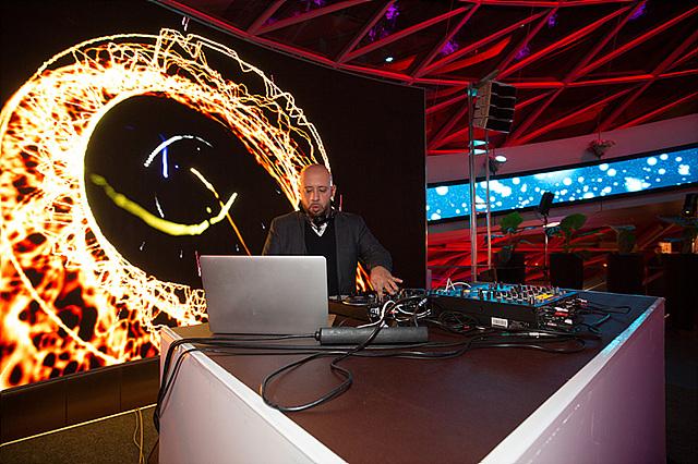 공식적인 행사가 끝나고 파티가 시작되자 DJ와 함께 댄스 타임이 열렸습니다.