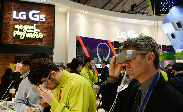 MWC 2016의 참관객이 LG전자 부스에서 'LG 360 VR'을 체험하고 있다.