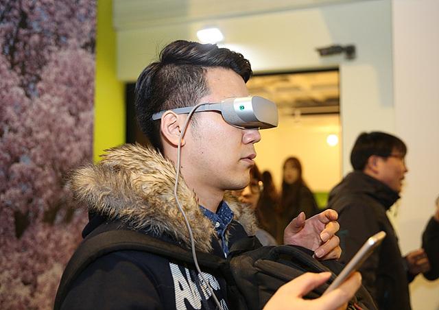 LG G5 Friends 중 하나인 360 VR을 체험하는 모습