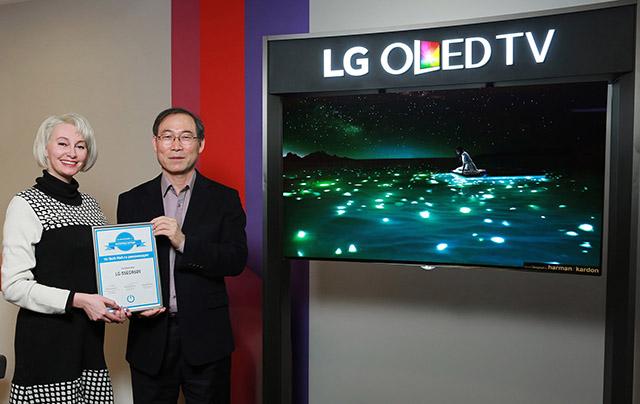 LG전자 CIS지역대표 겸 러시아법인장 송대현 부사장(오른쪽)이 '올해의 제품' 어워드를 들고 포즈를 취하고 있다.