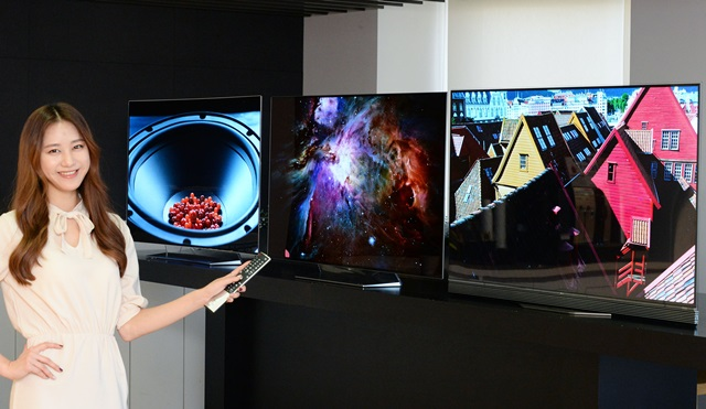 LG전자가 16일 새로운 울트라 올레드 TV 3개 시리즈(B6, C6, E6) 6개 모델을 출시하며 대중화에 속도를 높인다. 신제품은 ▲화질, ▲디자인, ▲사운드, ▲편의성 모두 한 단계 진화해 소비자들에게 차원이 다른 새로운 경험을 제공한다. 모델이 LG트윈타워에서 55형 LG 울트라 올레드 TV 신제품을 소개하고 있다.왼쪽부터차례로 55형 곡면 울트라 올레드 TV C6, 평면 55형 울트라 올레드 B6, E6 시리즈.