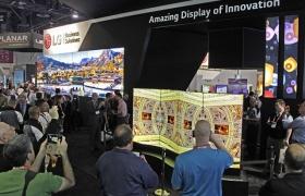 LG전자가 16~17일 미국 라스베이거스에서 열린 상업용 디스플레이 전시회 'DSE(Digital Signage Expo) 2016'에 참가해 다양한 올레드 사이니지 제품들을 대거 선보였다. 전시장을 방문한 관람객들이 제품들을 살펴보고 있다.