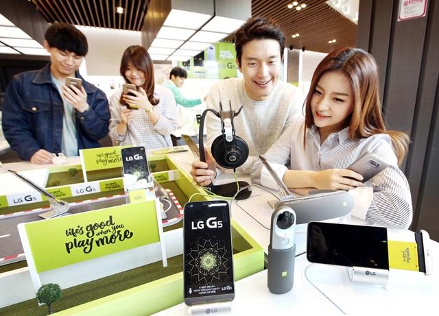 고객들이 LG 플레이 그라운드에서 LG G5와 프렌즈들을 체험하고 있다.