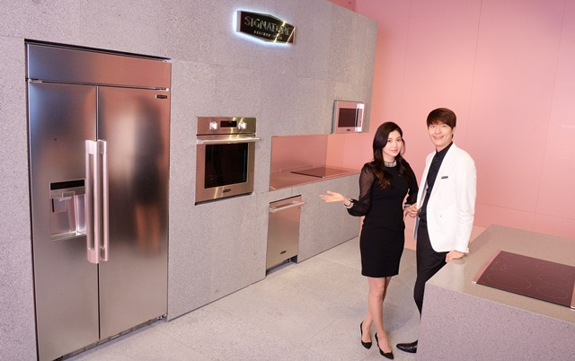 : LG전자가 서울 삼성동 코엑스에서 열리는 '서울리빙디자인페어'에서 '시그니처 키친 스위트'를 국내에 처음으로 공개했다. 모델이 '시그니처 키친 스위트'를 소개하고 있다.