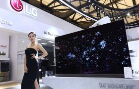 LG전자가 9~12일 중국 최대 가전 전시회 '상해 가전 박람회' 및 9일 신제품 발표회 'LG 이노페스트'에서 초프리미엄 가전 'LG 시그니처' 등 혁신 제품을 선보인다. LG전자 모델이 '상해 가전 박람회'에서 'LG 시그니처' 올레드 TV를 선보이고 있다.