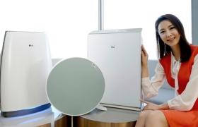 서울 여의도동 LG트윈타워에서 모델이 LG 퓨리케어 공기청정기 신제품 3종을 소개하고 있다.