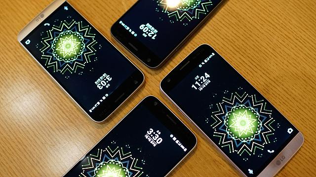 LG G5 4대가 책상 위에 진열된 모습