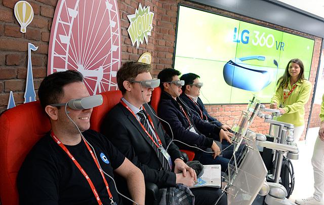 LG 360 VR을 이용하며 즐거워하는 사람들의 모습