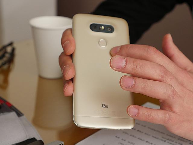G5 후면 버튼을 설명하는 모습